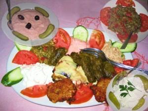 Dolmades, Bourekia, Revithokeftedes, taramo-, tuna und aubergine salad
